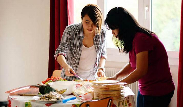 Du học sinh mua thực phẩm và tự nấu nướng tiết kiệm chi phí