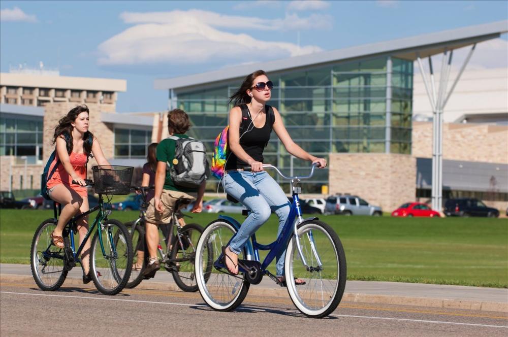 Đi bộ hoặc xe đạp khi di chuyển trong cự li ngắn