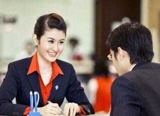 Nhân viên tư vấn du học đang hướng dẫn khách hàng chuẩn bị thủ tục xin visa du học